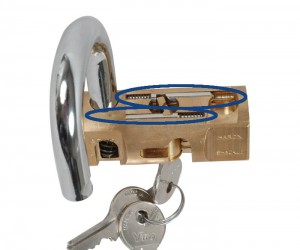 The 2 steel latches of the Viro cylindrical padlock are positioned on different axes