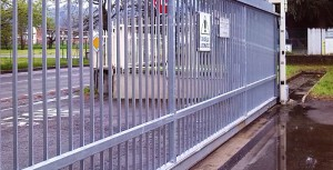 Sliding gates are generally long enough to suffer from seasonal thermal expansions, therefore making the use of traditional shackle locks problematic.