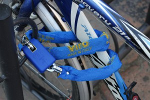 A padlock and chain allows the bike to be fixed, for example, to a rack