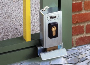 A Viro V06 electric lock with rotating deadbolt mounted vertically; it can be seen how it adapts to the small dimensions of the section.